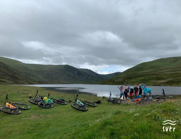 Mountainbikerinnen an einem See in Schottland