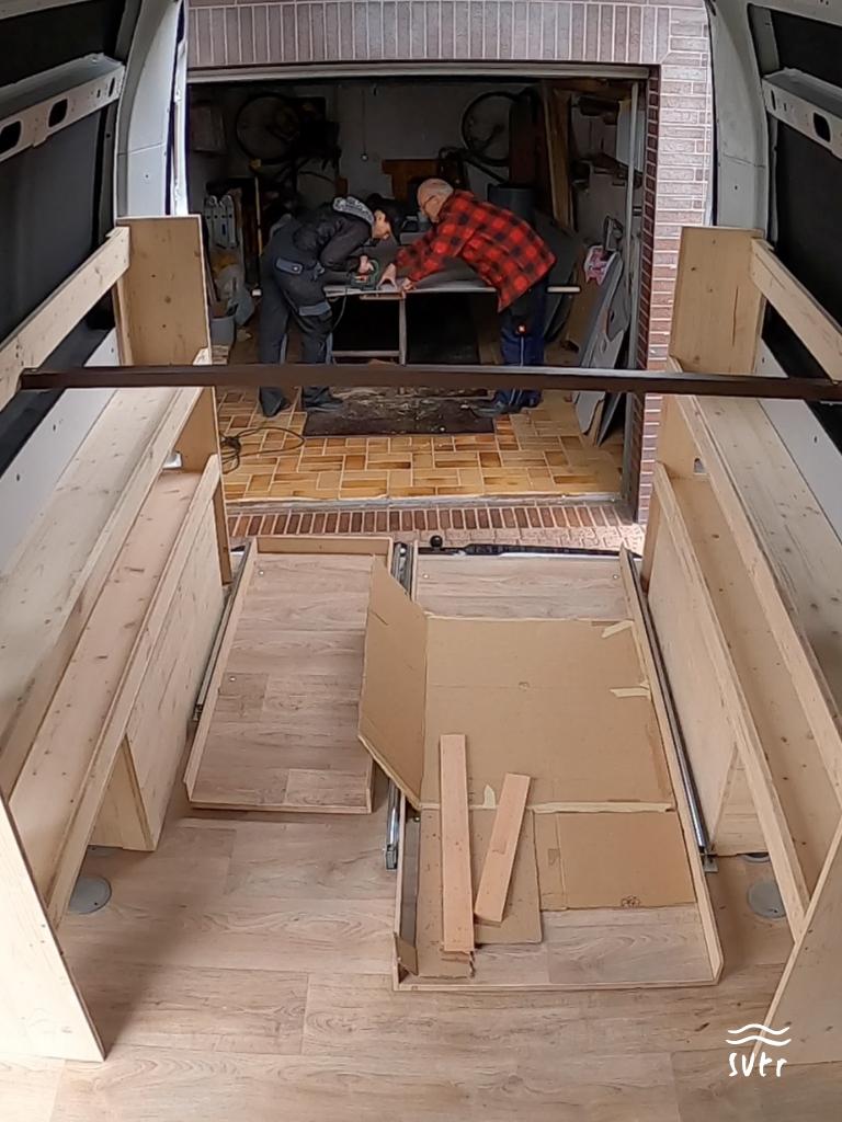 Teile der Bettkonstruktion im Innenraum des Vans
