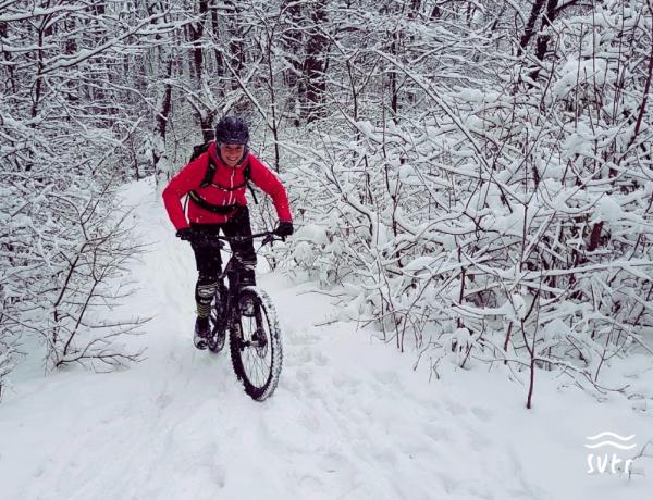 Mountainbikerin im Schnee