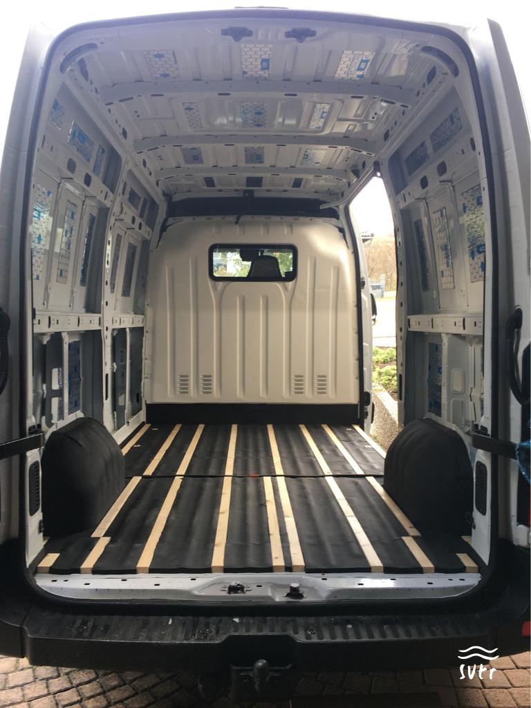 Der Van mit der ersten Lage Armaflex am Boden